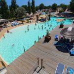 Camping aan zee met zwembad onder de Franse zon