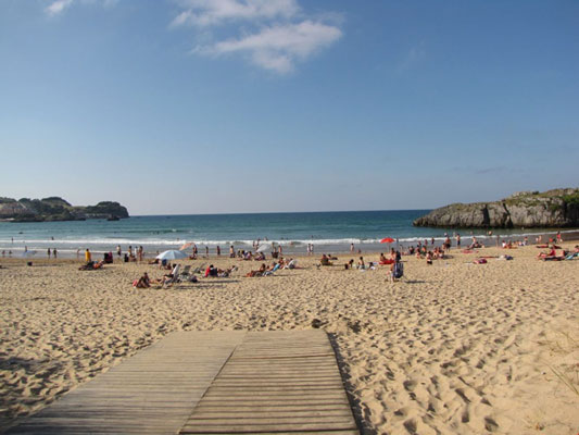 Camping aan het strand in Spanje met tieners