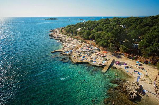 Camping aan kust van Kroatië met tieners