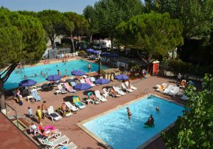 Italiaanse gezinscamping aan het Trasimeno meer met zwembad