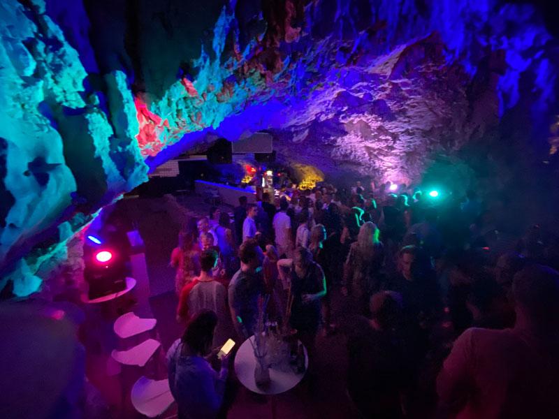 Eilandhoppen Kroatië nachtclub grot