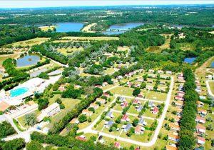 Gezellig Frans vakantiedorp aan het Lac de Jaunay