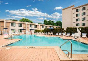 Ontdek het bruisende New York vanuit comfortabel hotel met zwembad