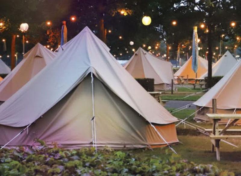 Camping bij attractiepark