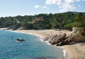 Spaanse camping aan de zonnige kust met vier zwembaden