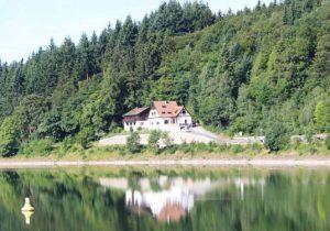 Vakantiehuis met groep op sprookjesachtige locatie in de bergen van Duitsland