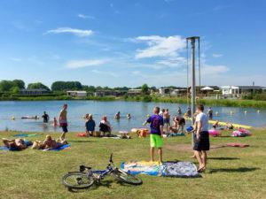 camping-Betuwe-met-tieners-zwemmen