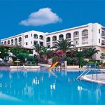 Vakantieresort omringd door palmbomen op Kreta