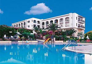 Vakantieresort omringd door palmbomen in Kreta