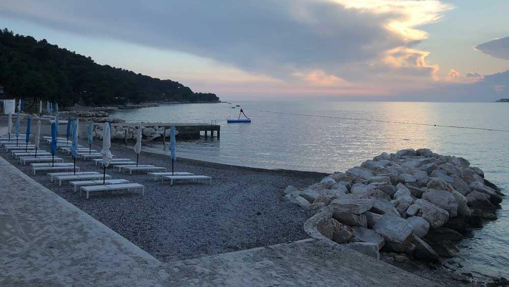 Kiezelstrandjes op camping Lanterna in Kroatië