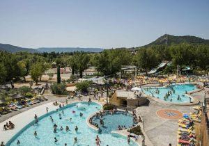 Zwemmen in het zwembad, shoppen in een sfeervolle stad, wandelen langs een klif: Volonne!