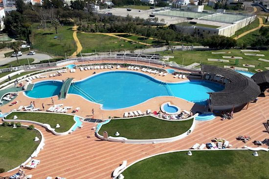Levendig hotel Albufeira met tieners