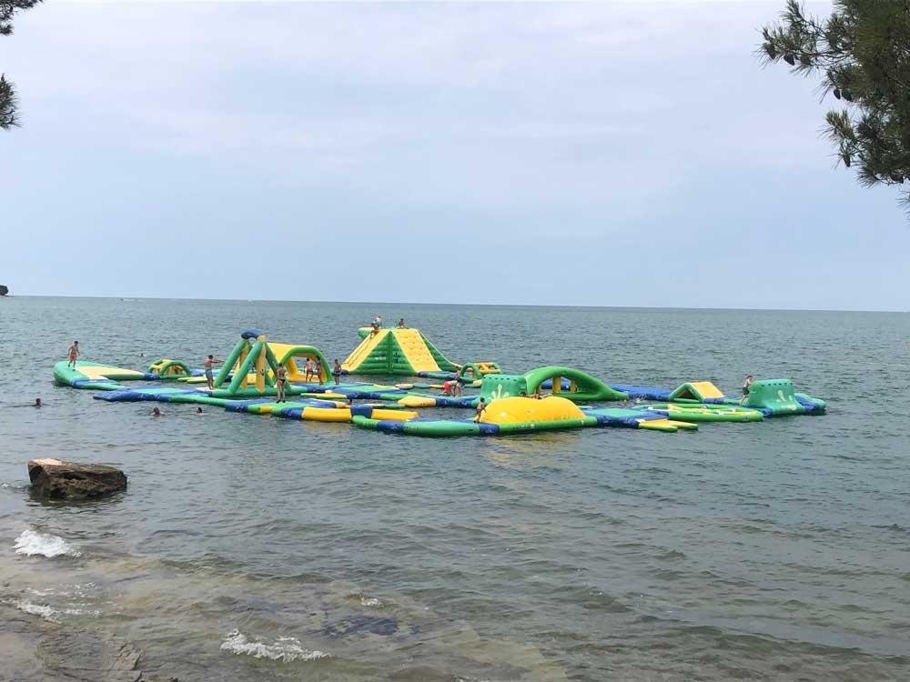 Springkussens in de zee, de ervaring van Vakantie voor Tieners in Kroatië