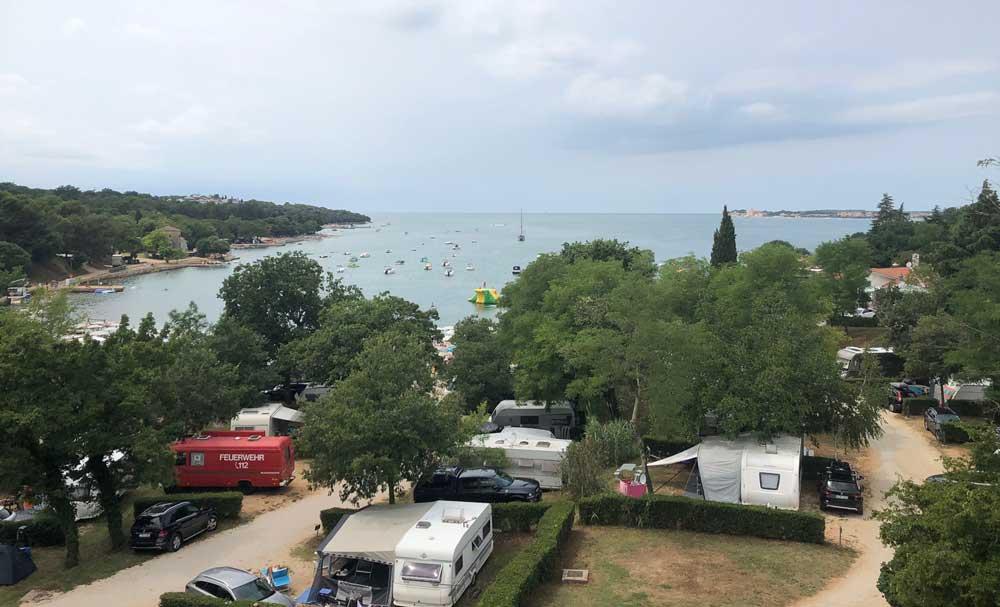 Uitzicht vanuit het uitkijkpunt op de Adriatische Zee