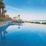 Luxe hotel in Dubai met springkussen op zee