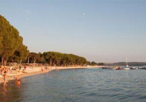 Levendige camping aan de kust van Kroatië