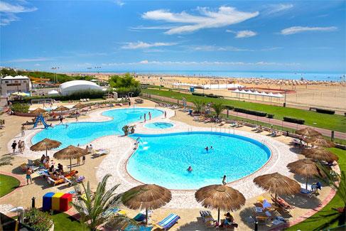 Genoeg waterplezier met mooi aquapark op het strand in Italië