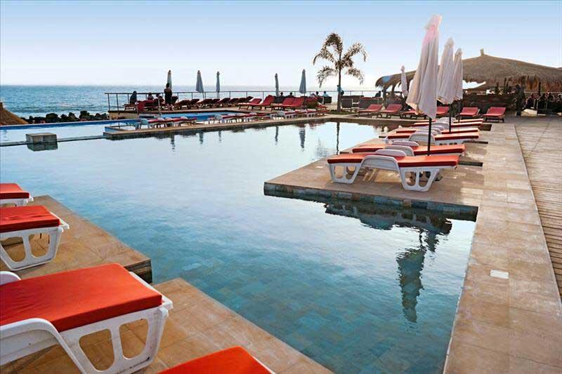 Zwembad bij hotel Horizons Baobab in Senegal
